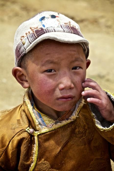 Тибетские дети часто ходят вместе со своими семьями, которые совершают кору.