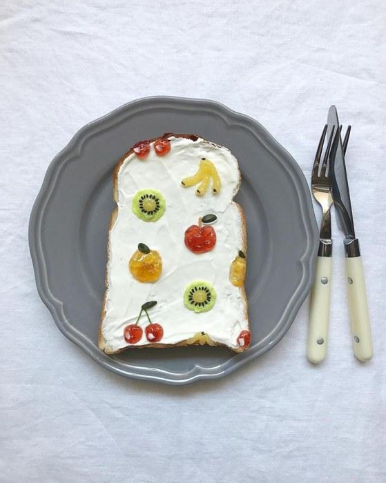 Для создания таких красочных тостов фуд-стилист Эйко Мори использует следующие инструменты: ложку, зубочистку, миниатюрный мешочек из пергаментной бумаги и пинцет.