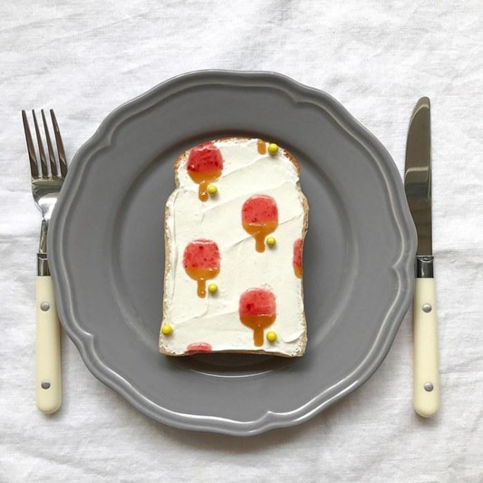Ломтики поджаренного хлеба традиционно подают на завтрак вместе с джемом и сливочным маслом.