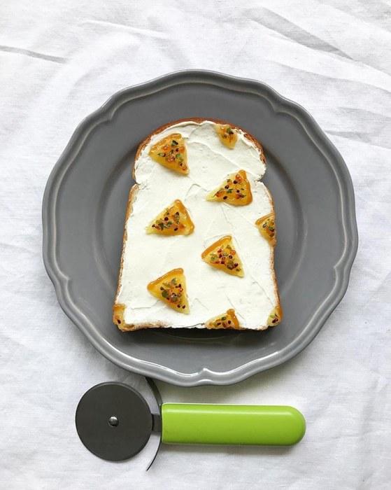 Мори начала делать тосты с узорами в начале 2017 года и с тех пор очень увлеклась процессом создания таких съедобных шедевров.