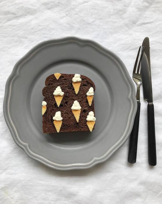 Изменение цвета хлеба приносит свежее идеи – в этот раз получилось «мороженое» из сметаны и кусочков печенья.