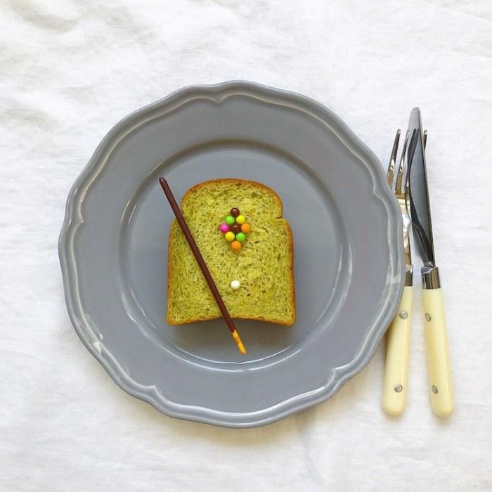 Для тех, у кого утром вечно не хватает времени на приготовление завтрака, Эйко Мори предлагает просто положить шоколадные конфетки на подсушенные в горячей духовке ломтики хлеба.