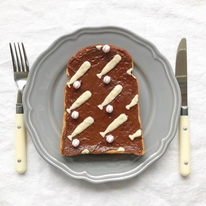 Свежий хлеб, арахисовое масло, йогурт и конфеты, которые напоминают мячик, - такое утреннее угощение обязательно придется по вкусу всем любителям бейсбола.