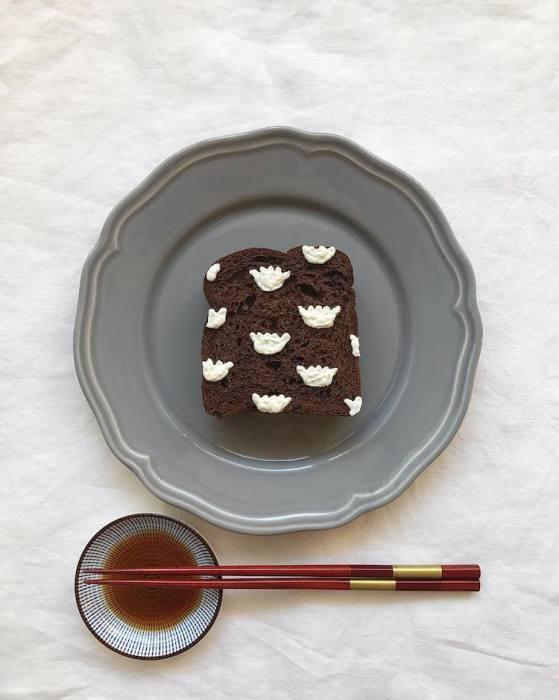 … не настоящие, конечно, а «нарисованные» сметаной на шоколадном ломтике хлеба.