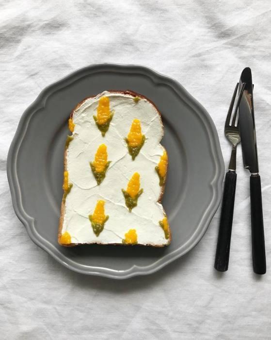 Талантливый фуд-стилист легко превращает кусочки манго в кукурузные початки, которые делают «скучные» тосты яркими и аппетитными.