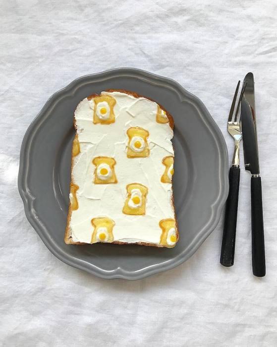 Тост, который украшен миниатюрными тостами с яйцом!