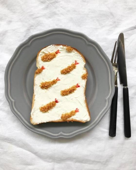 Для создания «креветочного» узора на тосте использовался замороженный бисквит.