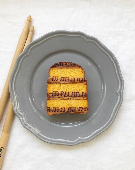 Сделать проще простого - на поджаренном ломтике хлеба шоколадом нарисовать нотную запись, но автор не говорит, как выполнить такую тонкую работу спросонья.