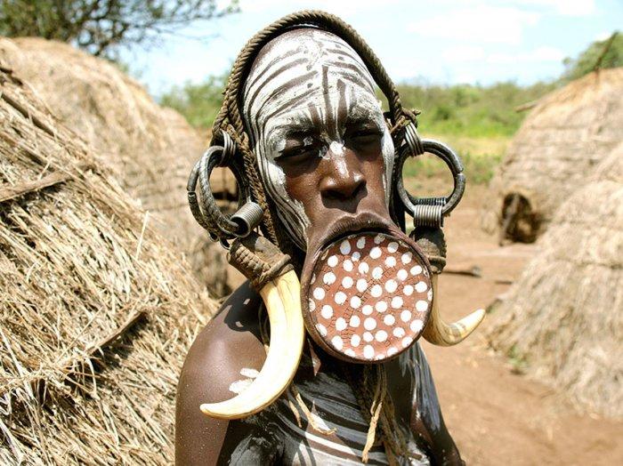 Женщина африканского племени мурси со специальным украшением – губной пластиной.