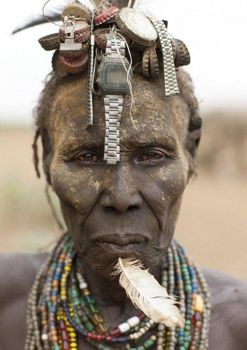 Даже пожилая женщина в племени должна выглядеть привлекательно!