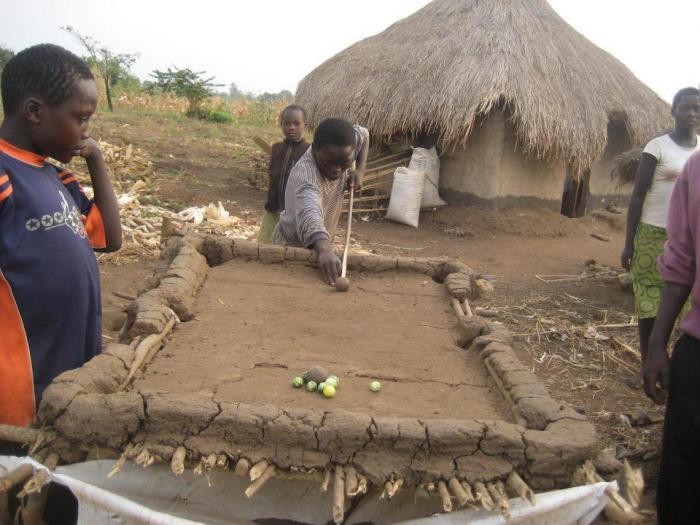 Для создания игрального стола использовались подручные материалы – ветки и земля.