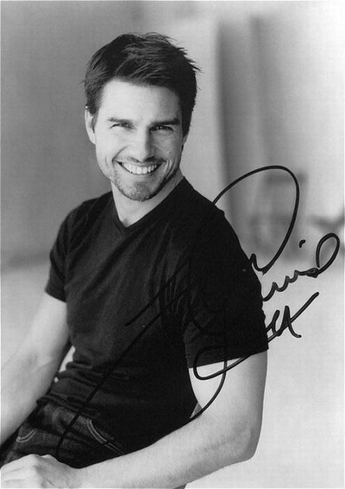 Известный американский актер готов раздавать свои автографы поклонникам даже под проливным дождем.