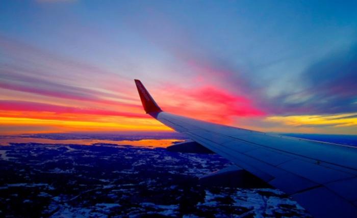 Захватывающий вид из иллюминатора самолета.