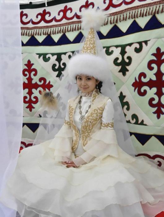 Особым украшением казахской свадьбы, несомненно, являются национальные подвенечные наряды жениха и невесты, но самым дорогим и красивым считается головной убор девушки -«саукеле».