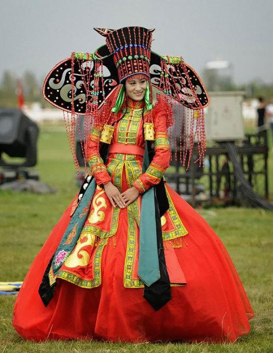 Свадебный Deel является формой узорной одежды, которую носили в течение многих столетий монголы и другие кочевые племена в Центральной Азии.