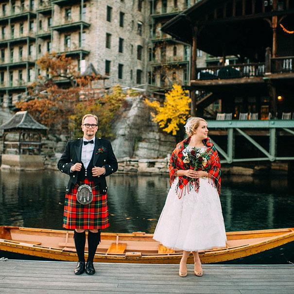 Шотладские мужчины традиционно носят килт, а невеста надевает платок, украшенный родовыми цветами своего нового мужа.