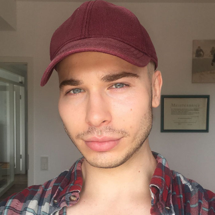 Трансвестит-визажист превращает себя в знаменитостей с помощью макияжа.