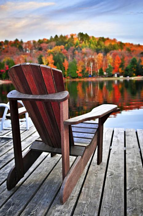 Прекрасный вид с деревянного причала на осенние краски.