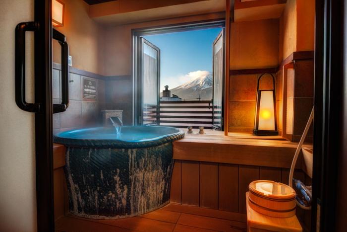 Вид из номера люкс одной из гостиниц в Японии.