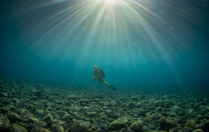 Лучи солнца проходящие сквозь воду.