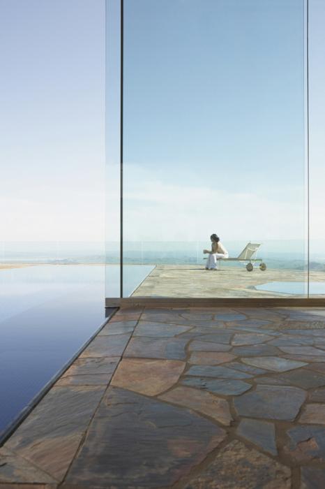 Женщина любуется живописным видом моря.