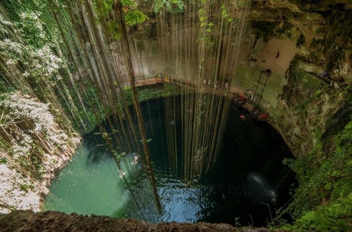 Купание в подземном озере на полуострове Юкатан в Мексике.