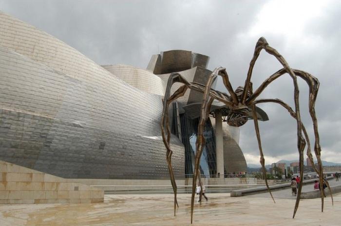 Музей Гуггенхайма, расположенный в испанском городе Бильбао, является филиалом Музея современного искусства, открытого в Нью-Йорке в середине двадцатого века века.