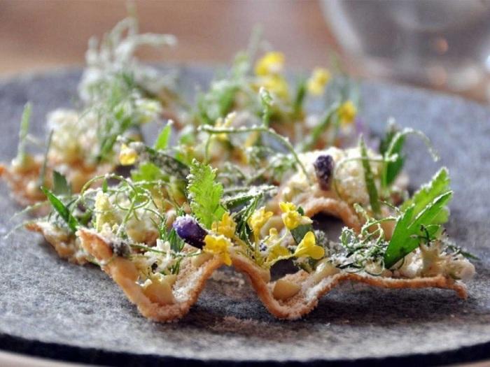 Специализация знаменитого ресторана – скандинавская кухня, в которой сохранен традиционный набор ингредиентов, но при этом особый упор сделан на экологически чистые продукты.
