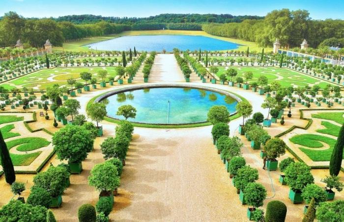Один из самых посещаемых и знаменитых туристических объектов Франции, который в год принимает свыше 6 миллионов посетителей.