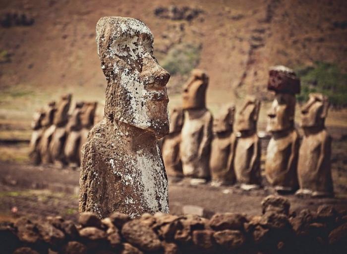 Практически все статуи острова Пасхи расположены на побережье и смотрят вглубь острова.