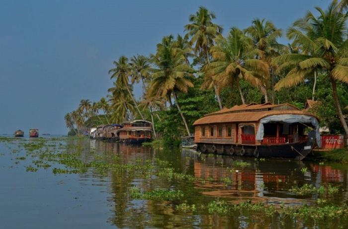 Катание на лодке вдоль побережья Индии.