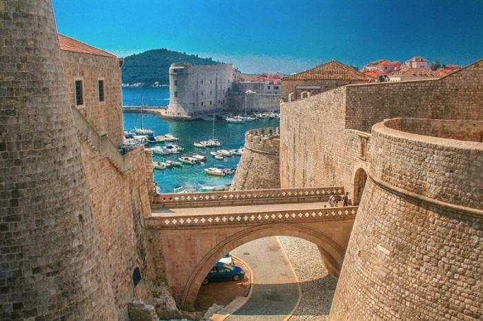 Прогулка под стенами Дубровника, которые защищают хорватский город с VII-го века.