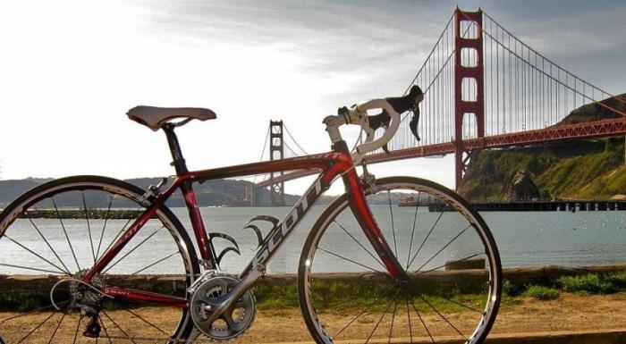 Длина подвесного моста «Золотые ворота» составляет 1,7 километров, которую можно пересечь на машине, на велосипеде или просто пешком.