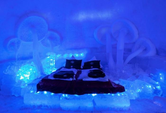 На высоте более 2 тысяч километров, в румынских горах Фэгэраш открывает свои двери для посетителей необычный ледяной отель Balea Lac Ice Hotel.