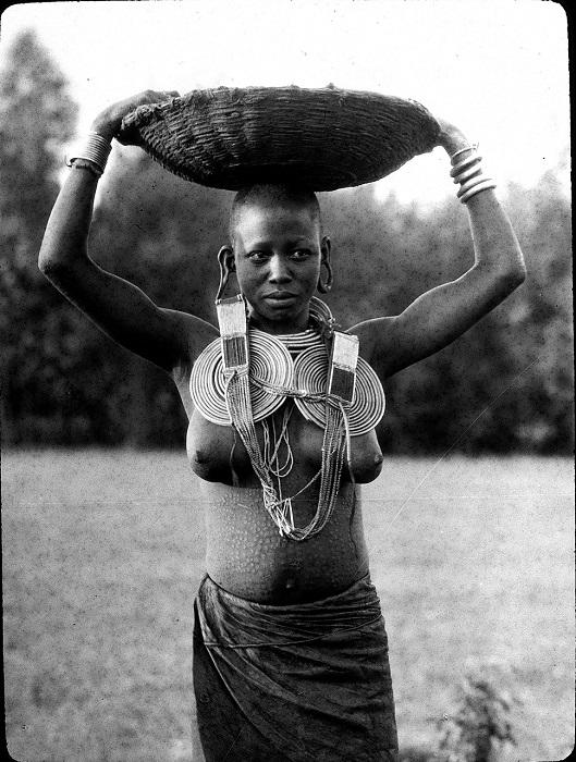 Девушка в тяжелых латунных ювелирных изделиях.