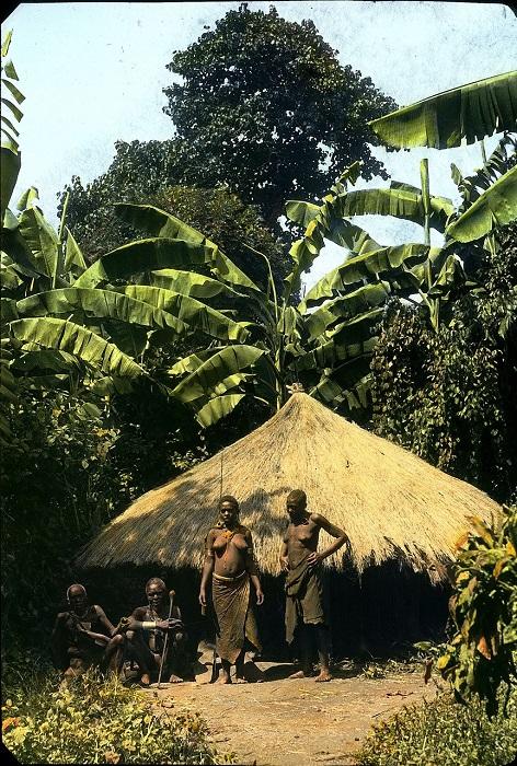 Коренные жители деревни у восточного подножия горы Кения.