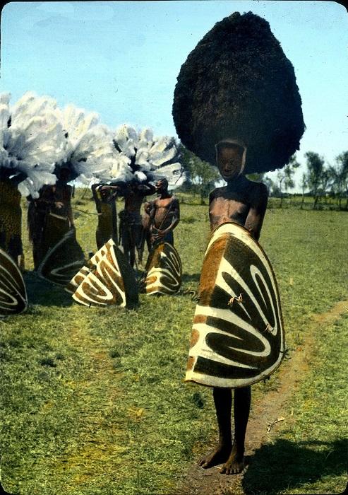 Участник фестиваля в страусиных перьях.