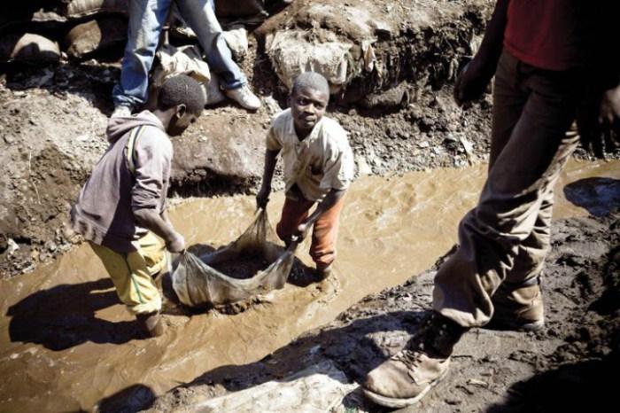 В Африканских странах до сих пор используют детей для работы, считая, что учиться ребенок не должен, и ему это не пригодится.