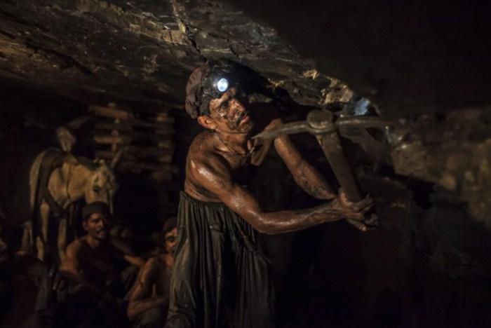 Подрядные работы под землей ведутся днем и ночью.