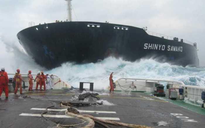 Борьба человека с непредсказуемым и мощным океаном.