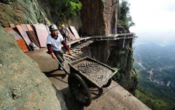 Освоение новых территорий заставляет китайских строителей подниматься все выше и выше.