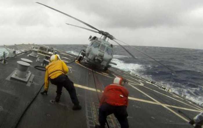 Военнослужащие, находящиеся на службе военно-морских сил, выходят на работу и в шторм, и в бурю.