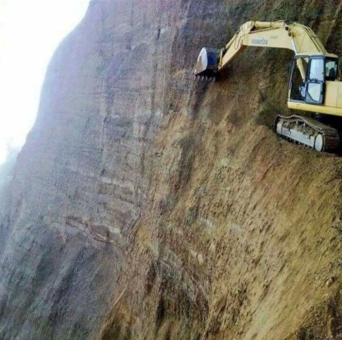 Добыча ископаемых на горном участке - это опасная работа.