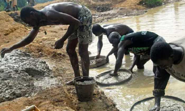 Местные жители Африки добывают таким образом дорогостоящие алмазы.