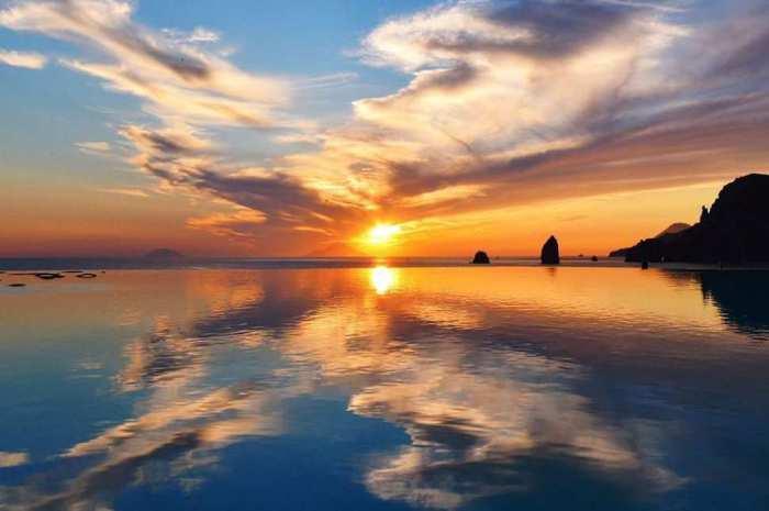 Самый южный из островов архипелага, лежащий в 25 км от побережья Сицилии.