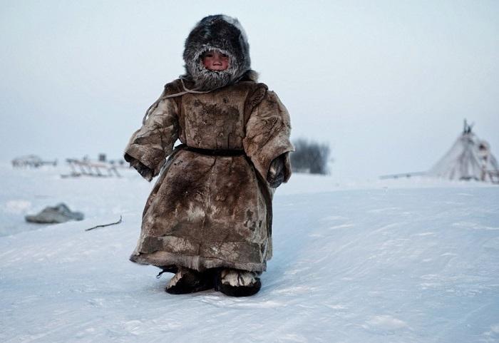 «Тундра» - маленький ненецкий мальчик играет на улице в -40 на Ямале.