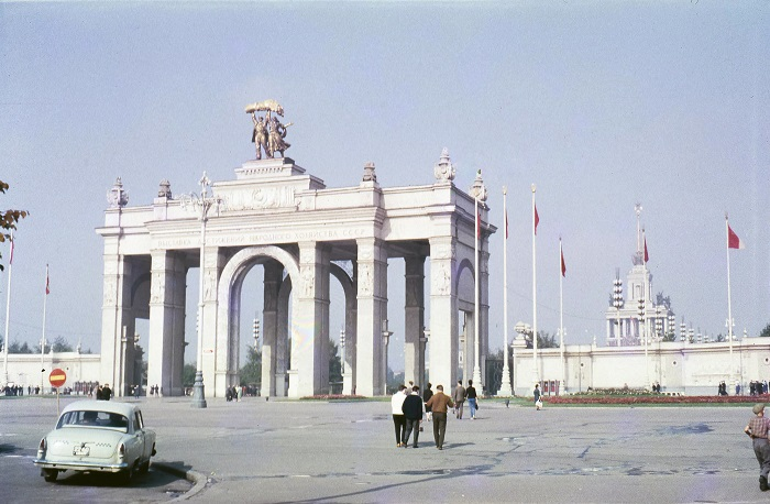 Главный вход в парк ВДНХ выполнен в виде 32 метровой грандиозной арки, состоящей из шести пар колонн.