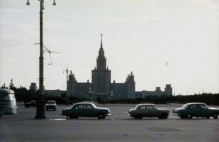Главное здание Московского государственного университета (МГУ) им. М.В.Ломоносова с 57-метровым шпилем, который увенчан 12-тонной пятиконечной звездой.