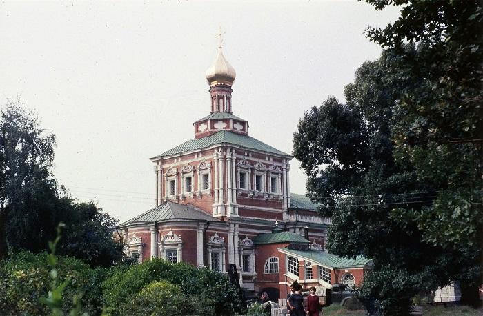 Удивительной красоты  Успенская церковь построена на территории комплекса Новодевичьего монастыря в 1685-1687 годах в стиле московское барокко.