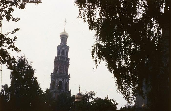 Пятиярусная колокольня украшена колоннами и белокаменными наличниками.